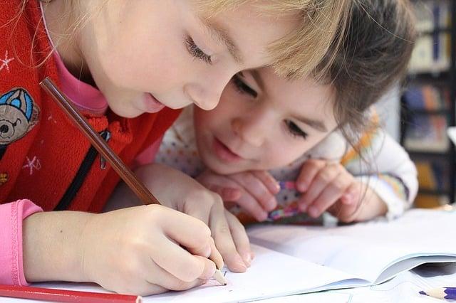 bambino-disegna